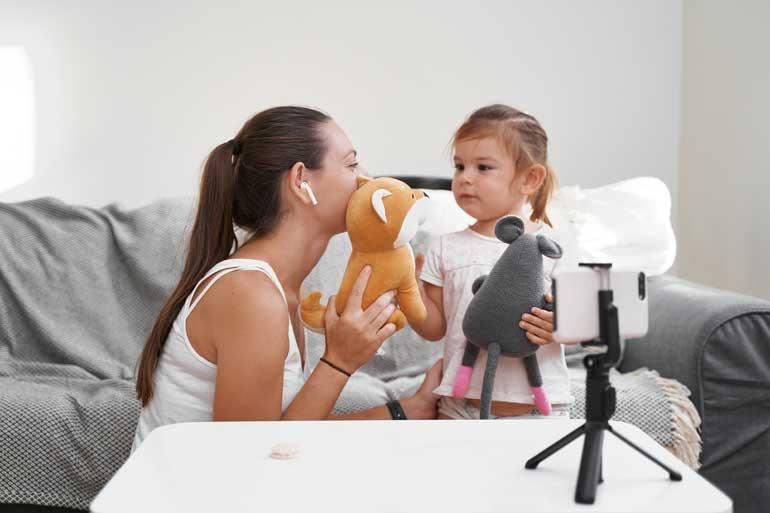 Mommy blogger en kind voor camera.