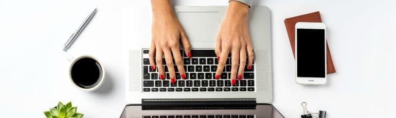 werkend op laptop