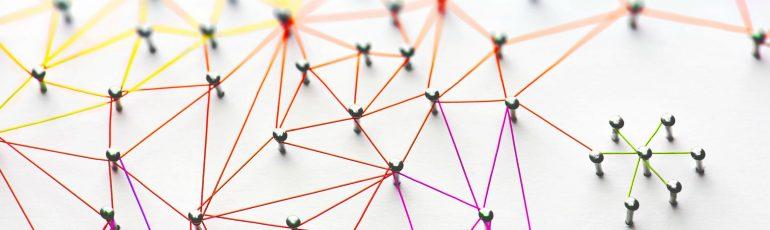 Pins met draadjes verbonden