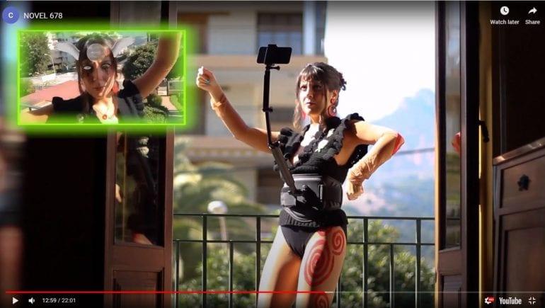 Vrouw die met selfiestick zichzelf in augmented reality filmt.